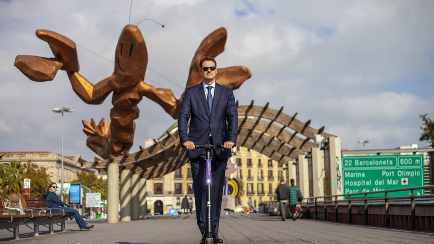 Un señor en patinete en Barcelona