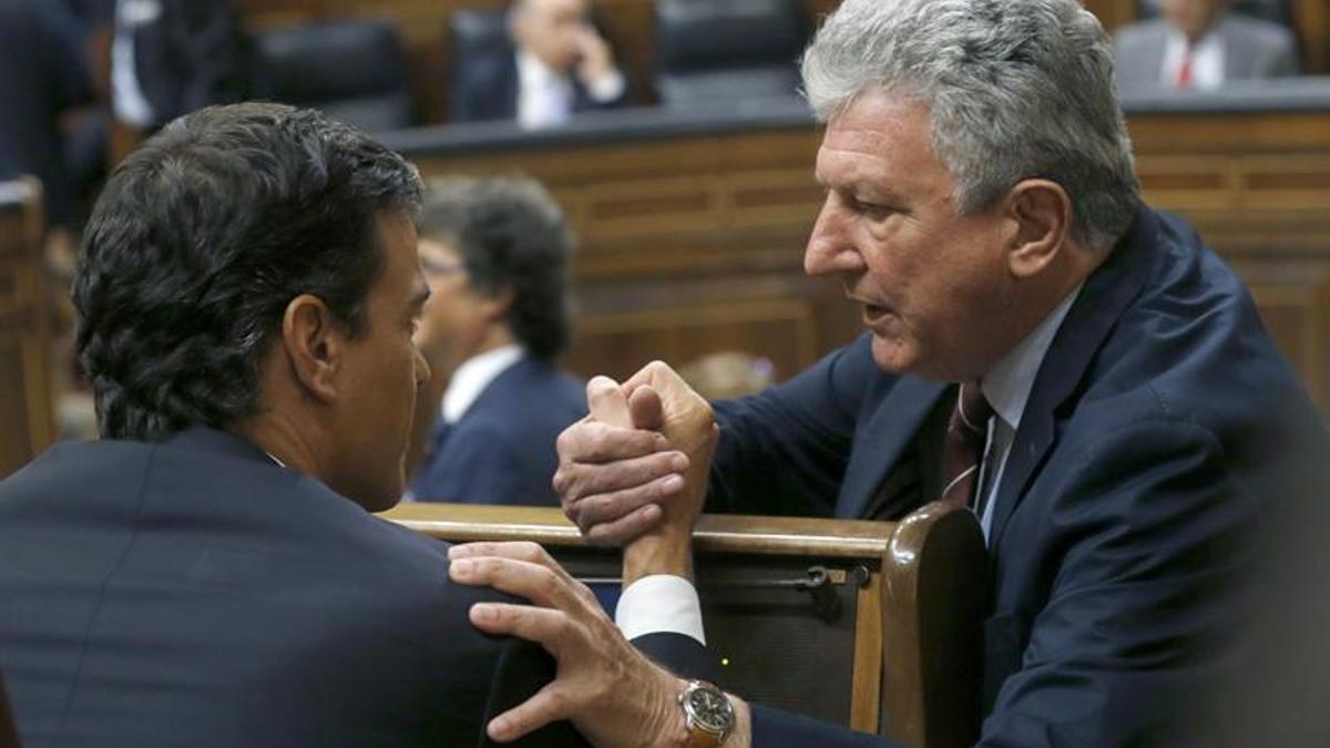 Pedro Quevedo dialoga con Pedro Sánchez, en una imagen de archivo
