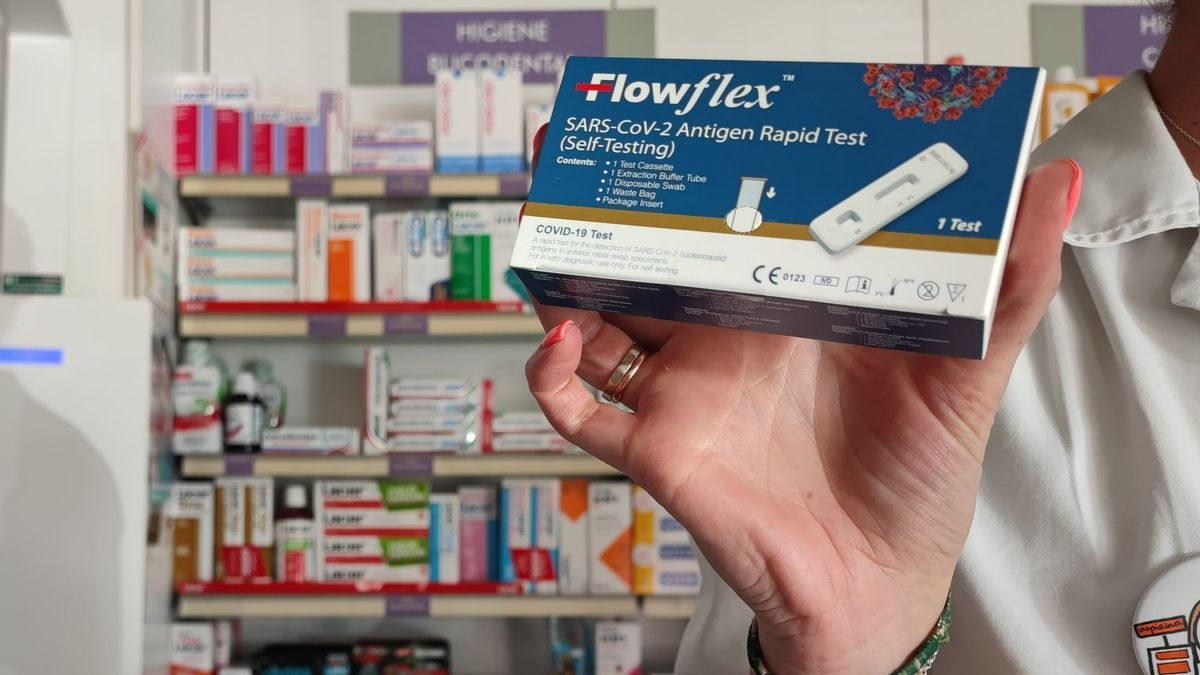 """Una farmacéutica sostiene una prueba """"in vitro"""" de diagnóstico de la covid-19"""