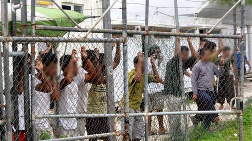 Fotografía de archivo tomada el 21 de marzo de 2014 y facilitada el 27 de abril, que muestra a inmigrantes tras una valla en el centro de inmigrantes de la isla Manus en Papúa Nueva Guinea. EFE