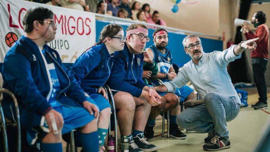 El director Javier Fesser, dando instrucciones a los protagonistas de 'Campeones'