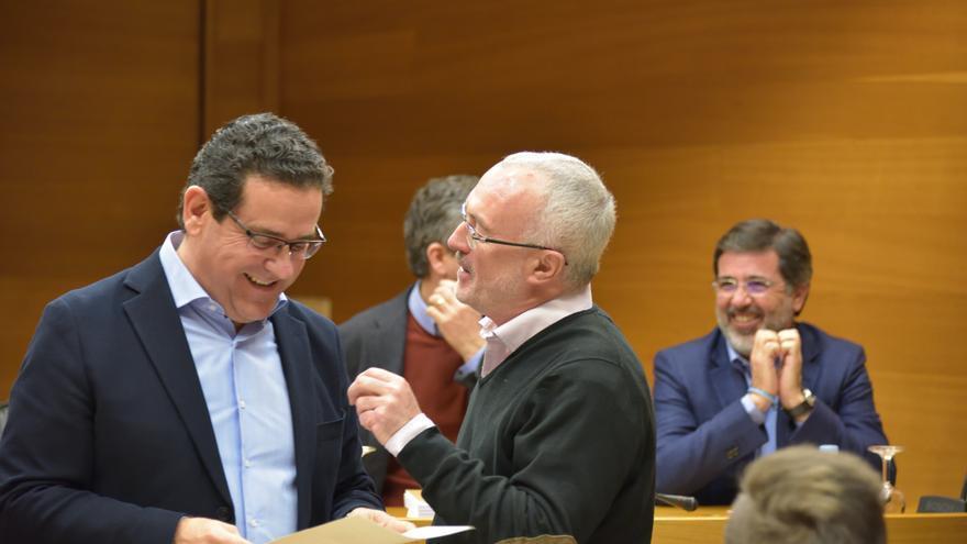 Jorge Bellver, del PP, y Antonio Montiel, de Podemos, conversan durante la comisión de RTVV.