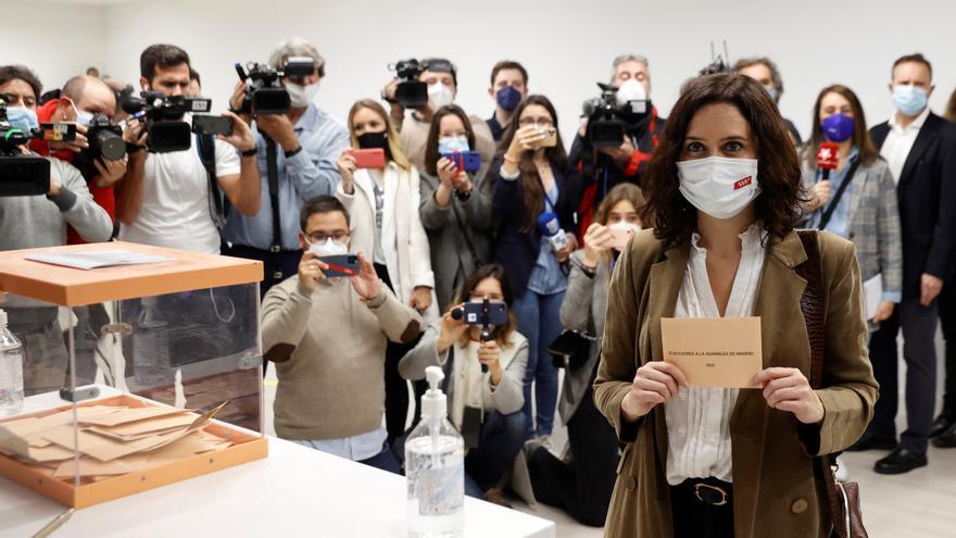 Isabel Díaz Ayuso muestra la papeleta antes de votar.