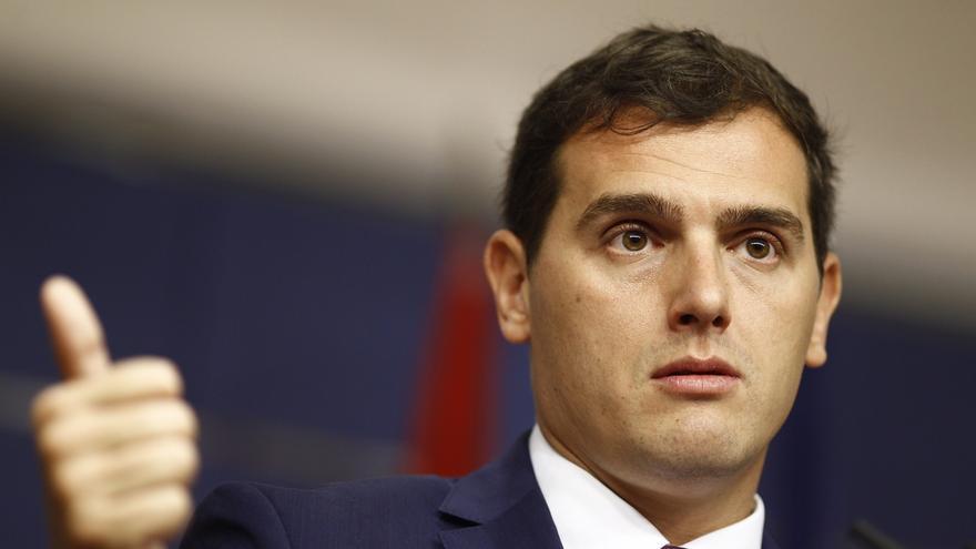Rivera dice al Rey que ya sólo hay dos opciones: Gobierno de PP, PSOE y C's sin Rajoy o abstención de PSOE