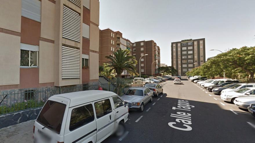 Bomberos evacuan a todos los vecinos de un edificio en Santa Cruz de Tenerife ante el incendio de un piso