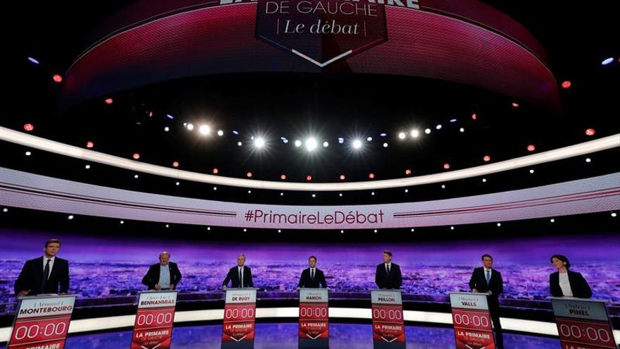 Los 7 candidatos de las primarias socialistas galas abren su primer debate