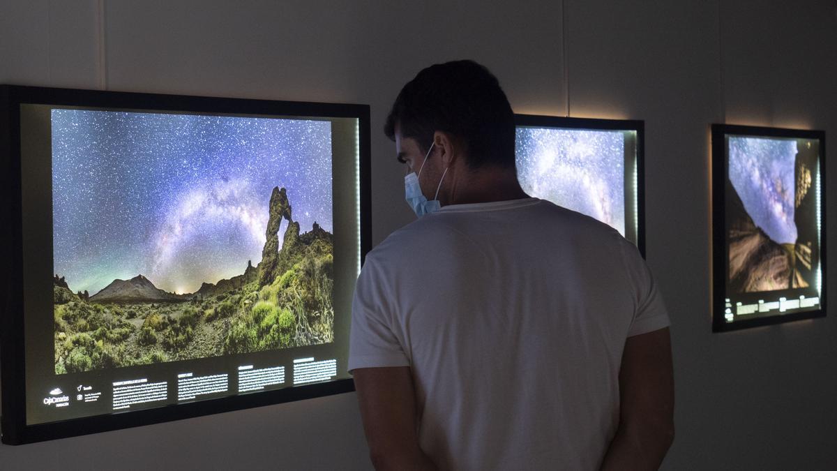 Exposición Cosmoislas en el Espacio Cultural  de  CajaCanarias en Santa Cruz de La Palma.