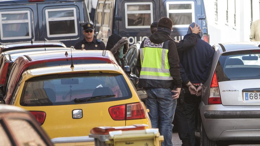 Un momento de la detención de 15 personas en un edificio ocupado de la madrileña calle Montseny