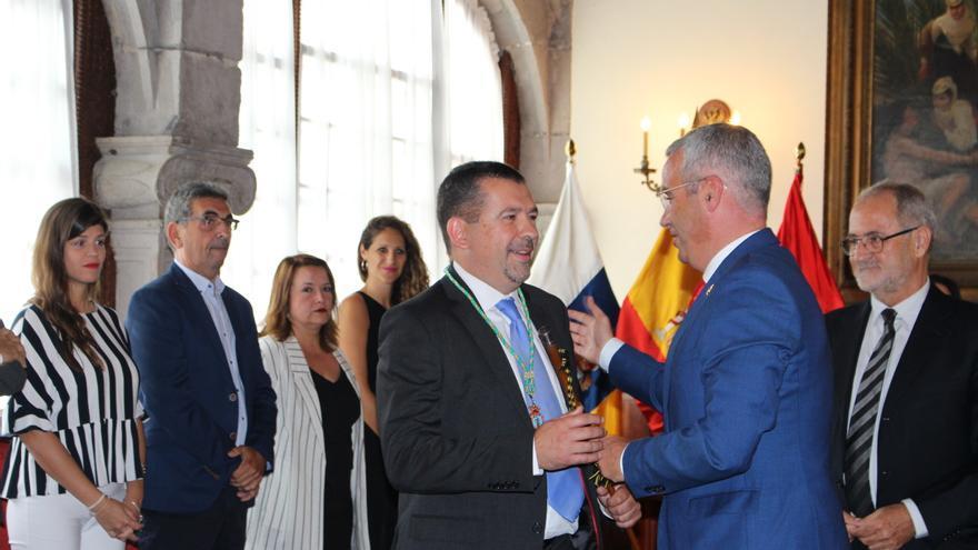Segio Matos (c), saluda a Juanjo Cabrera (i) en presencia de Elias Castro (d), el pasado sábado, tras la constitución de la nueva Corporación del Ayuntamiento de Santa Cruz de La Palma.
