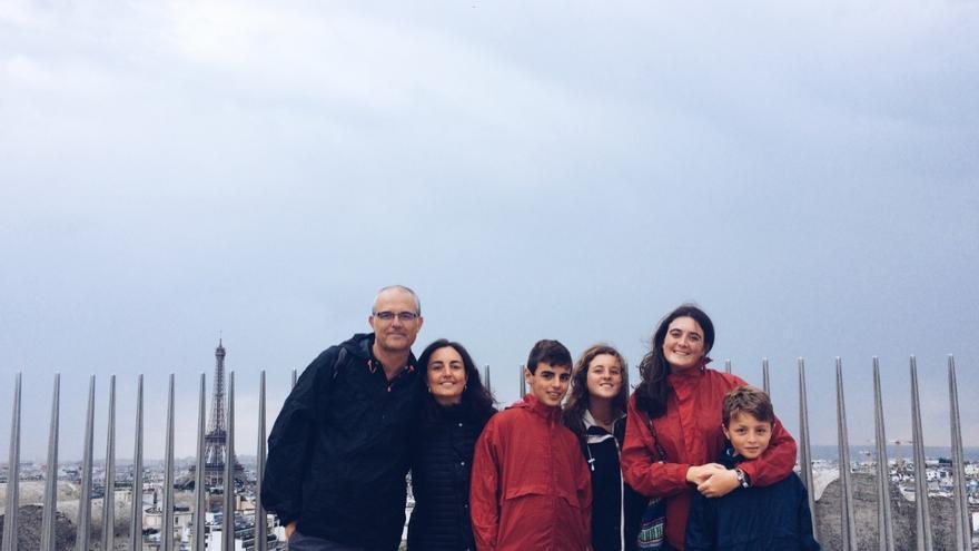 Arancha Pons, con sus cuatro hijos y su marido, en París.