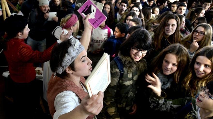 Miles de estudiantes acuden a la Azoka de Durango en su primera jornada
