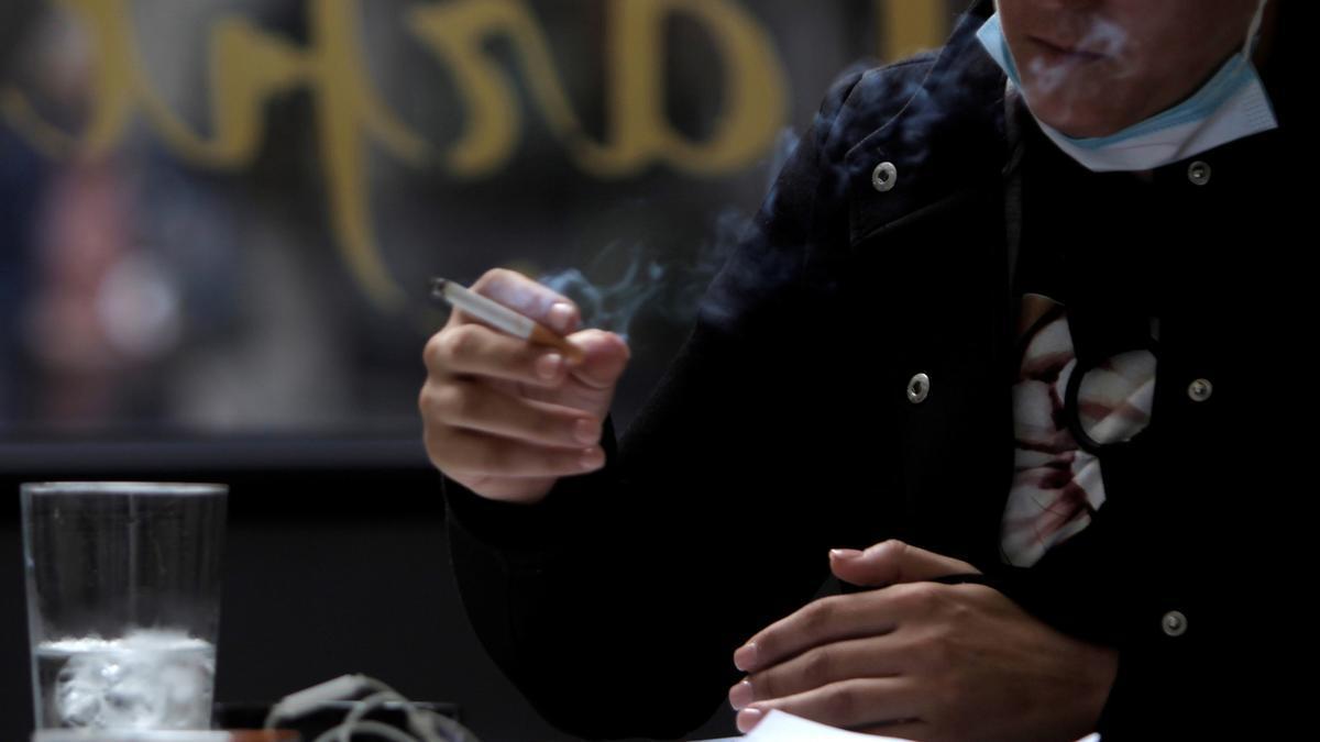 Entra en vigor en Catalunya la prohibición de fumar en la calle sin distancia de dos metros