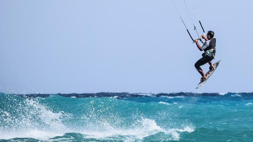 Práctica de kitesurf en la playa de la capital.
