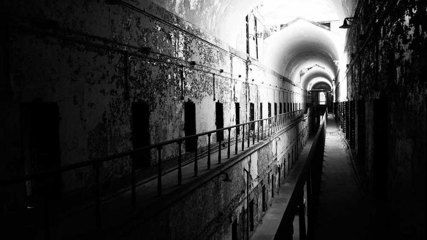 Silencio absoluto donde antes se oían cerrojos y cadenas, las tétricas galerías de la prisión reciben así a los visitantes.