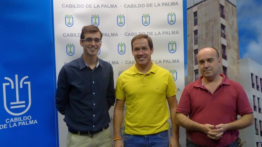 El consejero insular de Deportes, Mariano Hernández (centro), junto al presidente del Centro Insular de Ajedrez, José Carlos Martín (derecha), y el impulsor del modelo educativo El Universo de Medallas, Eder Castañeda.