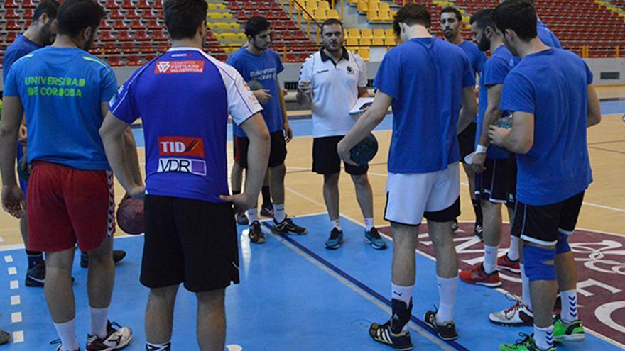 Jesús Escribano da instrucciones a sus jugadores en Vista Alegre.