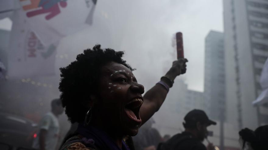 Cientos de mujeres marchan en conmemoración al Día Internacional de la Mujer el 8 de marzo en Sao Paulo (Brasil).