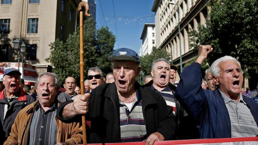 """Los pensionistas griegos indignados con las """"migajas"""" que les promete Tsipras"""