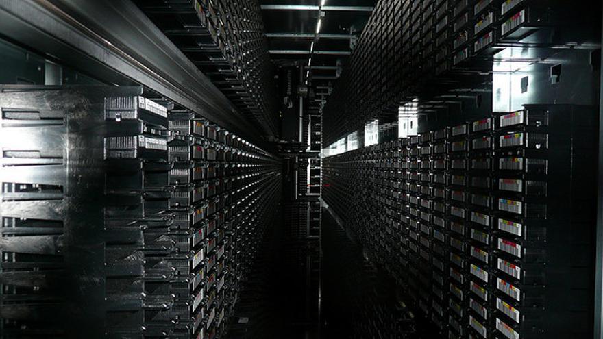 Mucha de la información se guarda también en cintas magnéticas