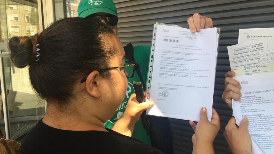 Narcisa muestra muestra la documentación judicial relativa a su caso