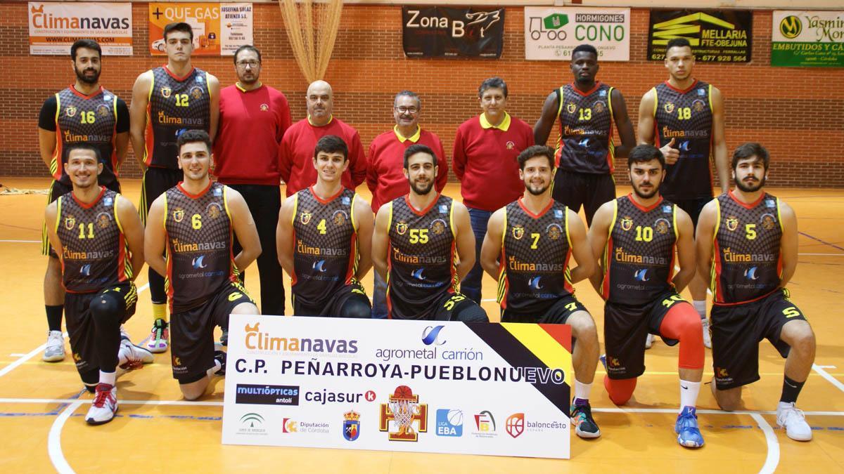 Ángel Tripiana, en el centro junto con los integrantes del Peñarroya