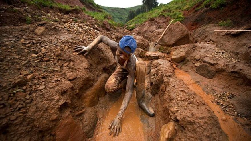 Trabajo de los mineros que extraen coltán en República Democrática de Congo para la fabricación de dispositivos electrónicos