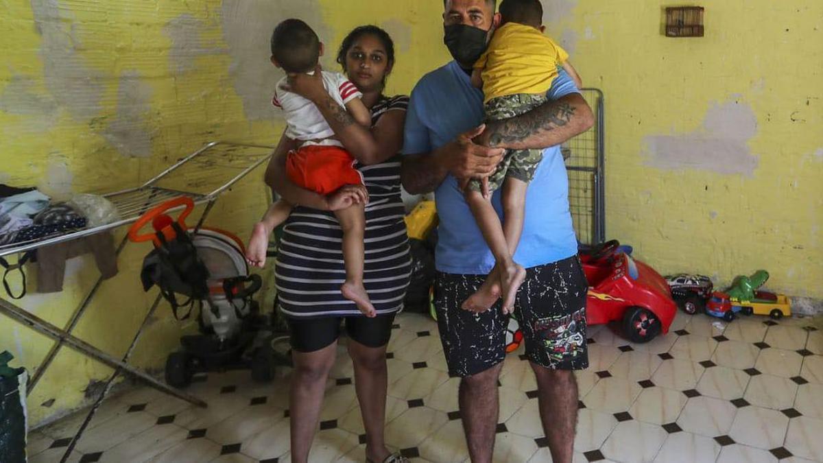 Epi y su familia en la vivienda antes de ser desahuciados.