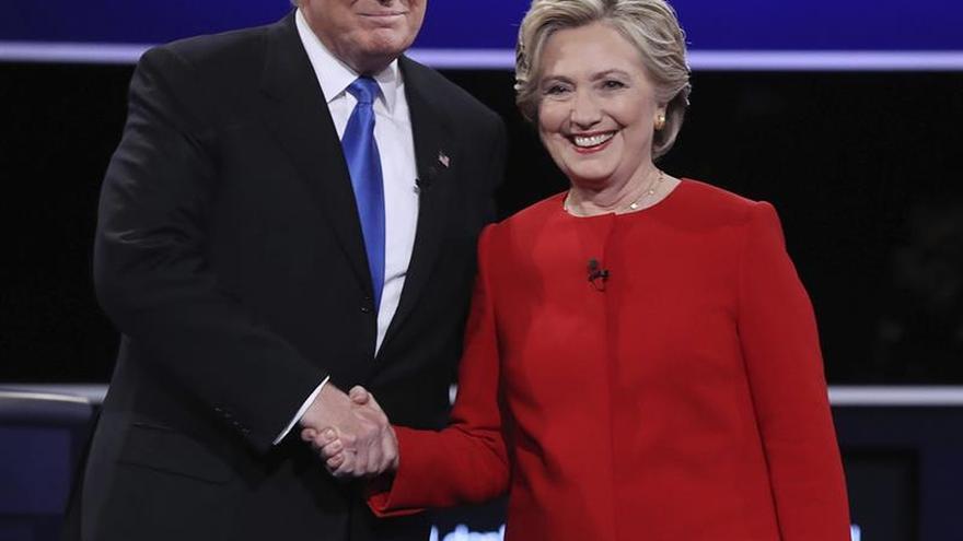 Una Clinton segura y un Trump defensivo vuelven a la campaña tras el debate