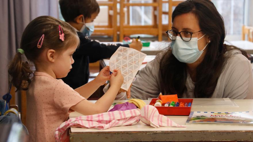 Una maestra con su alumna en el colegio Costa i Llobera de Barcelona
