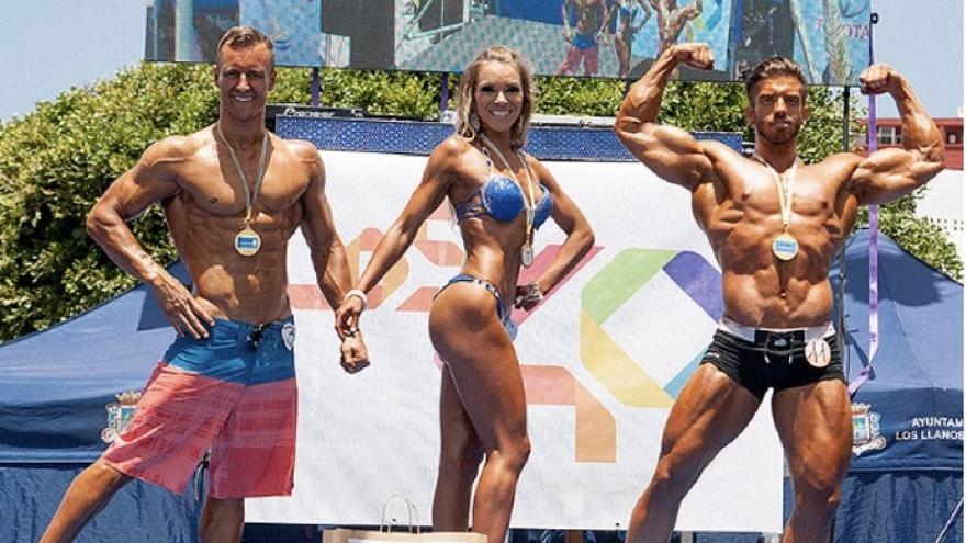 Sven Cáceres, Zaida Álvarez y Freddy Silva, se proclamaron campeones del 'III Miss & Mr Fitnasio Fiesta del Agua (2016). Foto cedida por la organización.