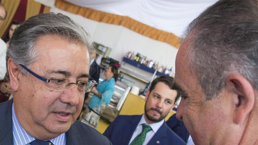 Zoido visita la caseta que la Guardia Civil tiene en la Feria de Sevilla