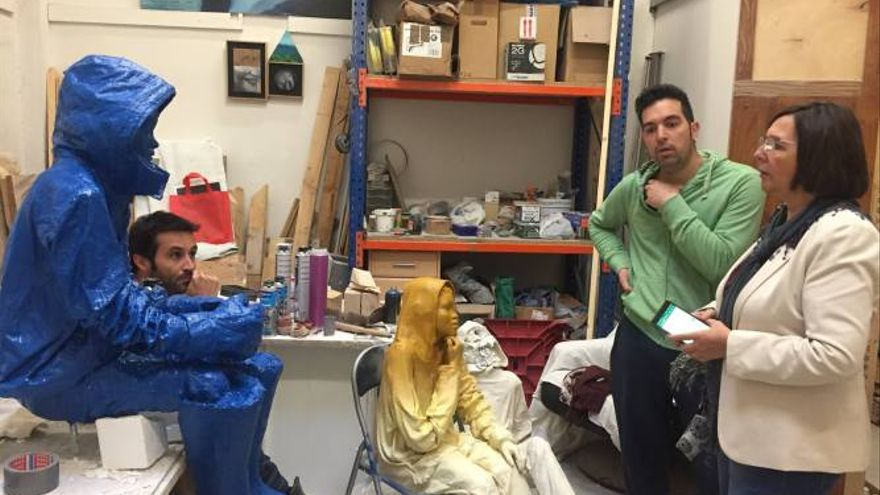 Victoria Delicado, viceportavoz de Ganemos Albacete durante una visita a los artistas.