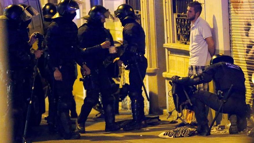 """Los mossos blindan el """"banco expropiado"""" en la tercera noche de disturbios en Gràcia"""