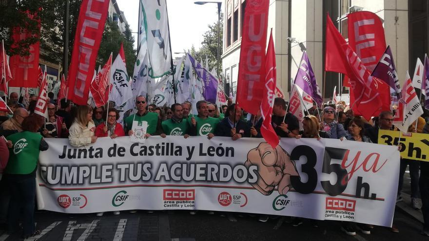 Cabecera de la marcha frente a la Delegación Territorial de la Junta en Valladolid.