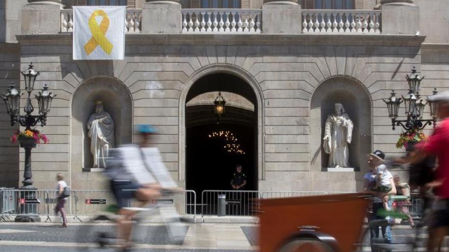 El lazo amarillo vuelve a la fachada del Ayuntamiento de Barcelona