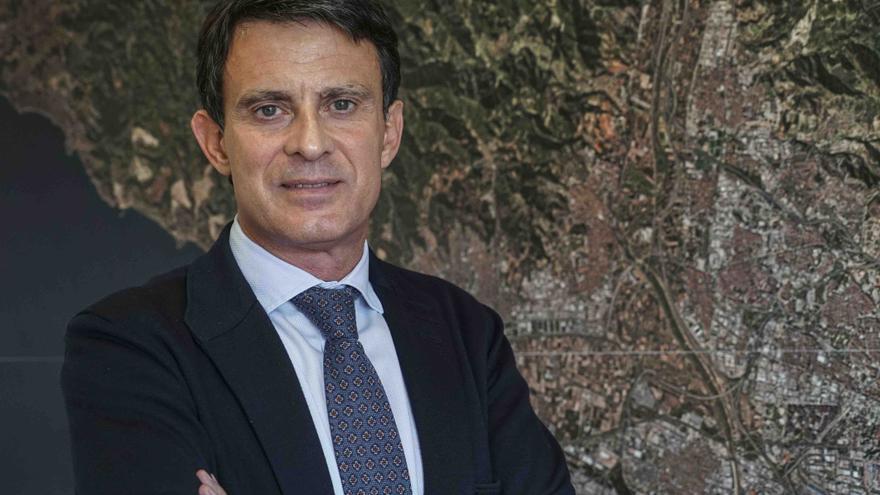 Manuel Valls, frente a un mapa de Barcelona en el despacho de su sede de campaña