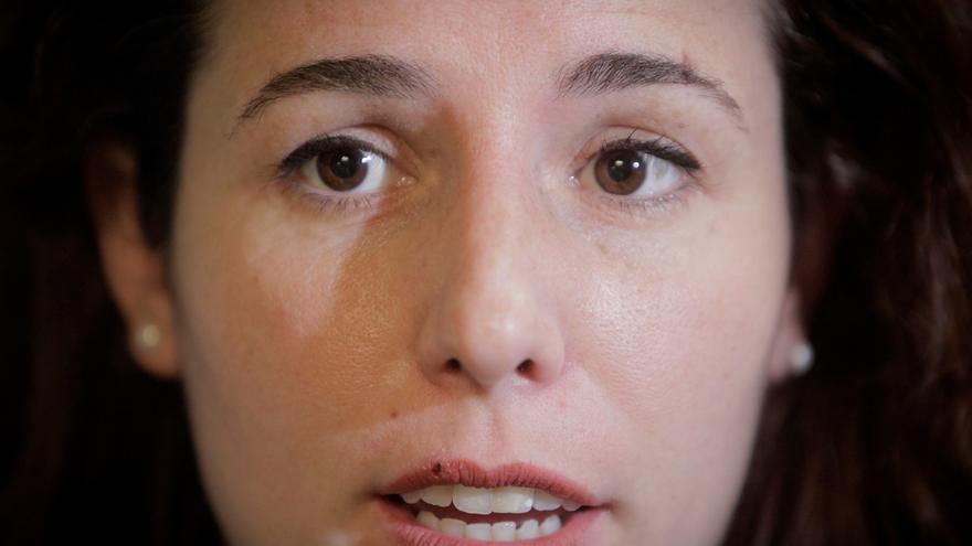 La diputada de Vox, Rocío de Meer, con una marca en la ceja izquierda producida durante los altercados de Sestao, atiende a los medios de comunicación momentos antes de la videoconferencia con emigrados gallegos de todo el mundo llevada a cabo hoy desde la sede del partido en A Coruña.