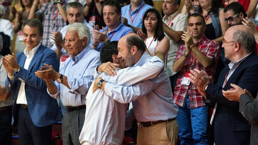 Pedro Sánchez abraza a Rubalcaba ante la presencia de Zapatero, González y Almunia en el congreso celebrado en julio