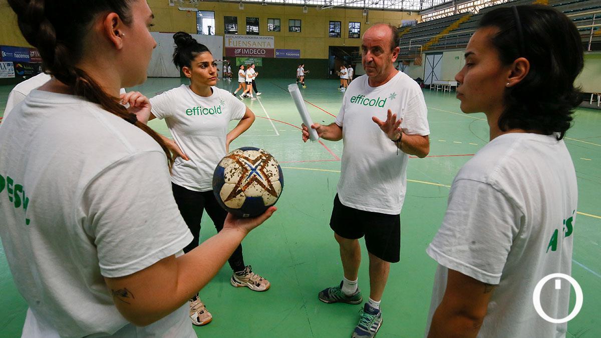 Rafa Moreno habla con sus jugadores en un entrenamiento