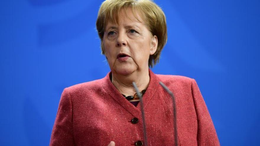 Merkel irrumpe en la campaña ucraniana y se hace la foto con Poroshenko