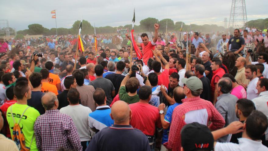 Los participantes vitorean al lancero que ha matado finalmente a Elegido./ William Criollo.