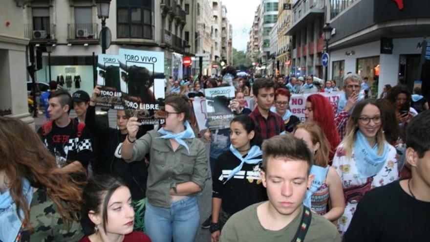 Muchas caras jóvenes los participantes en la manifestación.