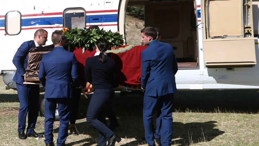 Operarios portan el féretro con los restos de Francisco Franco tras el aterrizaje del helicóptero al Monte de El Pardo antes de su traslado al cementerio de El Pardo-Mingorrubio para su reinhumación. EFE/Javier Lizón