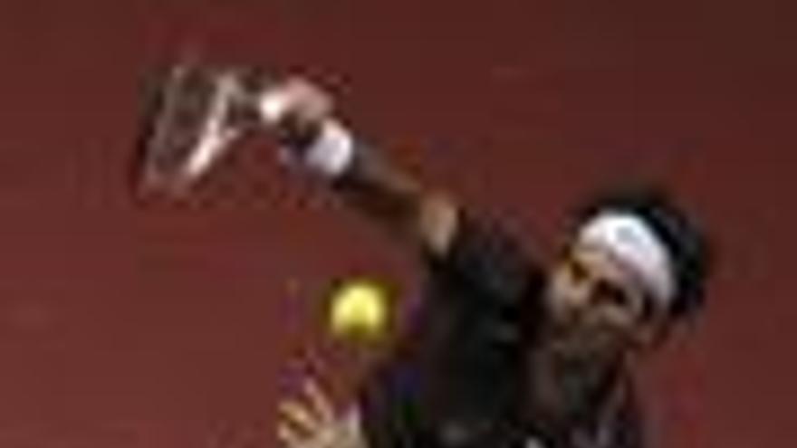 Federer vuelve a las pistas con victoria