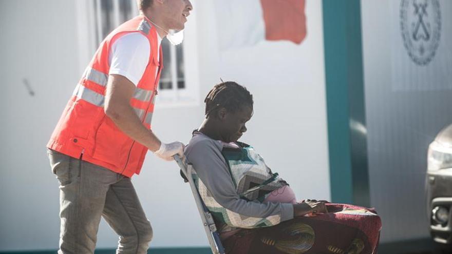 Efectivos de Salvamento Marítimo, Cruz Roja, la Policía y otros servicios de emergencia atienden a las 43 personas rescatadas en una patera a la deriva a 27 kilómetros de Lanzarote