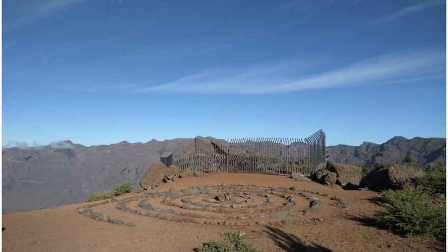 Enorme espiral realizada junto a la estación de grabados rupestres de La Erita (Santa Cruz de La Palma) desmantelada por la Unidad de Medio Ambiente del Cabildo Insular de La Palma.