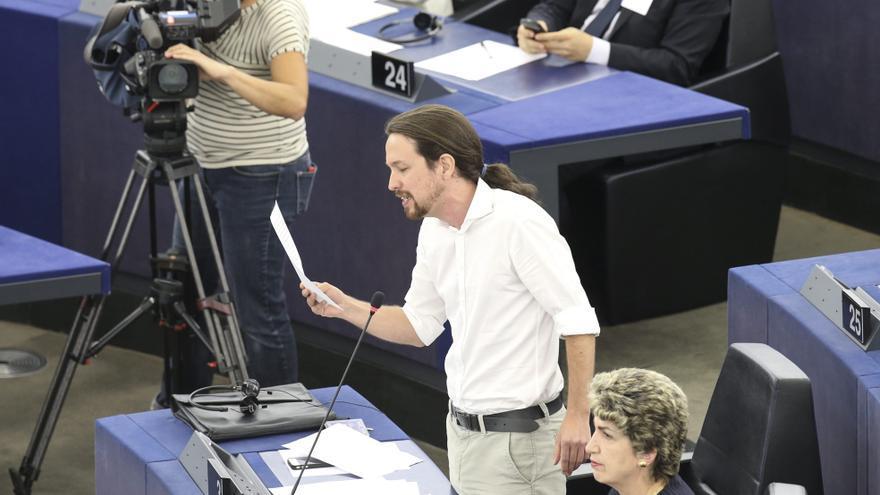 """FRANCIA PARLAMENTO:HO18 ESTRASBURGO (FRANCIA) 01/07/2014.- Pablo Iglesias, eurodiputado español de Podemos, interviene en la sesión plenaria del Parlamento Europeo en Estrasburgo (Francia) hoy, martes 1 de julio de 2014. El eurodiputado de Podemos y candidato de la Izquierda Unitaria Europea (GUE/NGL) a presidir el Parlamento Europeo (PE), Pablo Iglesias, pidió hoy el voto a sus colegas """"del sur y el este"""" de la UE para convertirse en el próximo presidente de esa institución europea. Finalmente, los eurodiputados reeligieron por amplia mayoría al socialdemócrata Martin Schulz como presidente de la Eurocámara, y logró 409 votos del total de los 723 europarlamentarios que han participado en votación."""