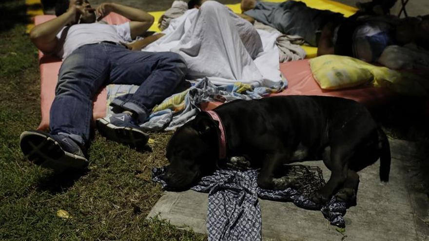 Entre la impotencia y el miedo pasan la noche los afectados por el terremoto de México