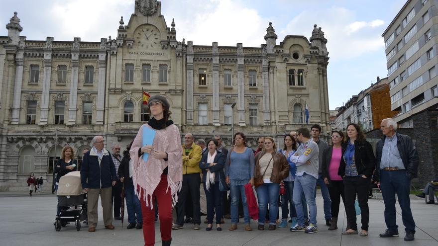 Los vecinos de El Pilón han comparecido ante los medios de comunicación en la Plaza del Ayuntamiento.