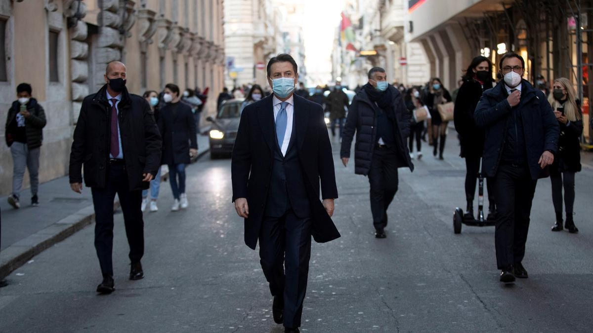 El primer ministro italiano Giuseppe Conte (c) camina por Via del Corso, en Roma, Italia.